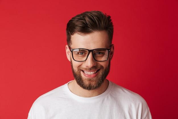 Jovem bonito sorridente usando óculos