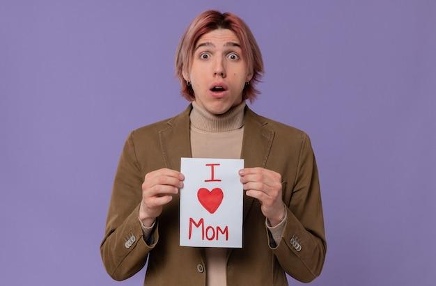 Jovem bonito surpreso segurando uma carta para a mãe