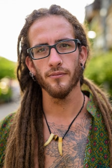 Jovem bonito turista hispânico com dreadlocks na rua