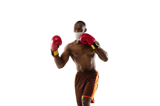 Jovem boxeador com máscara protetora e luvas de boxe