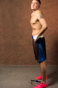 Jovem boxeador em uma academia