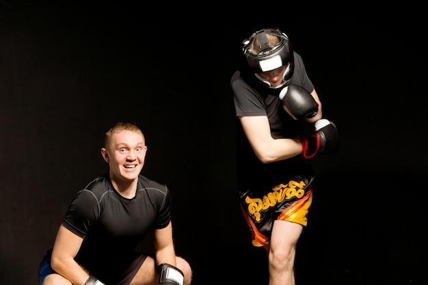 Jovem boxeador se esquivando de seus oponentes