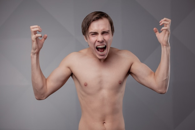 Jovem branco nu. emoção.