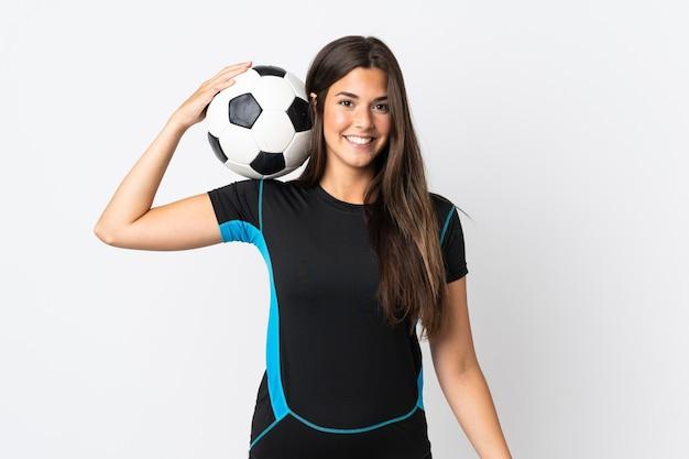 Jovem brasileira isolada em um fundo branco com bola de futebol