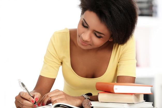 Jovem brasileira lendo livros