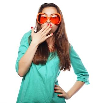 Jovem brincalhão com óculos de festa. pronto para se divertir.