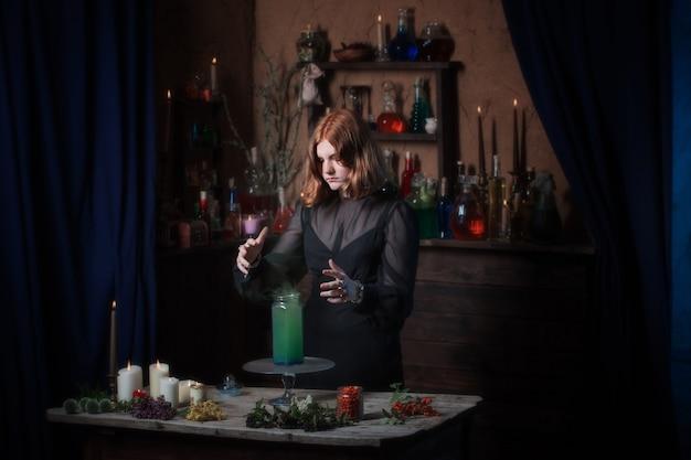 Jovem bruxa em casa. conceito de halloween
