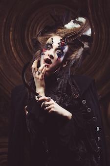 Jovem bruxa segurando uma foice