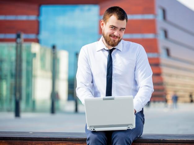 Jovem, businesman, laptop, computador