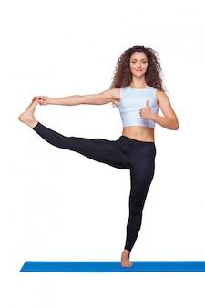 Jovem cabe mulher fazendo exercícios de ioga.