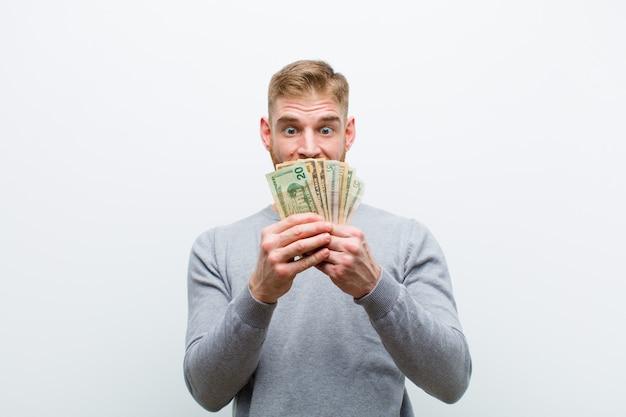 Jovem cabeça vermelha com dólares