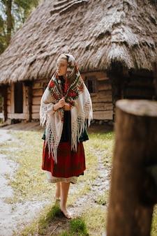 Jovem caminha na vila em um vestido tradicional ucraniano