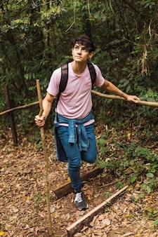 Jovem caminhante caminhando na floresta