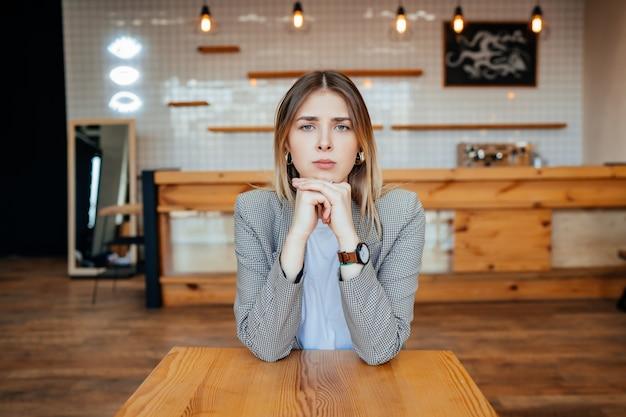 Jovem candidata entrevistada pelo empregador