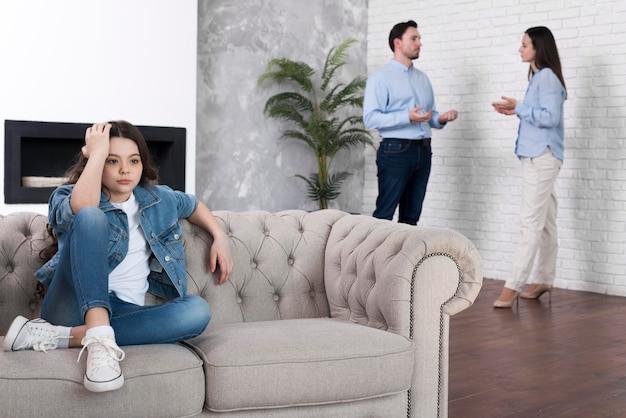 Jovem cansada dos pais discutindo