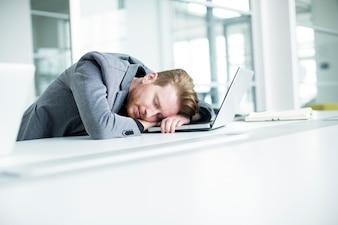Jovem cansado no escritório