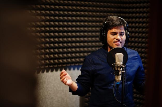 Jovem cantora asiática gravando no estúdio