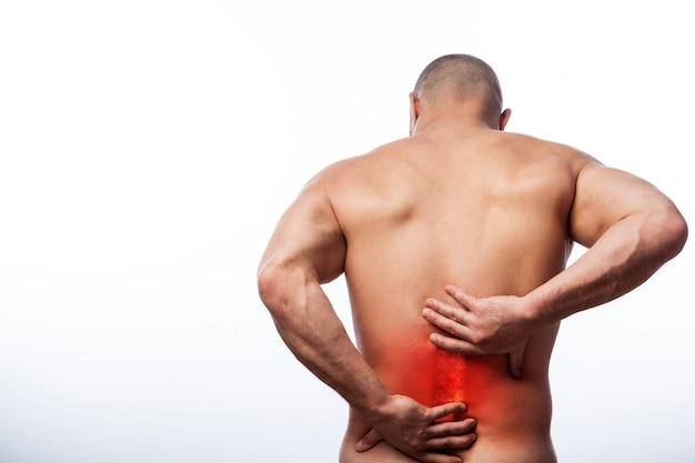 Jovem careca esportes physique detém um doente de volta