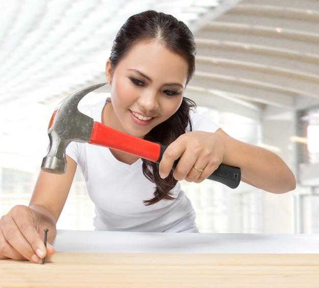 Jovem carpinteiro feminino