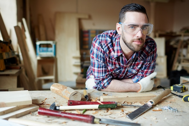 Jovem carpinteiro