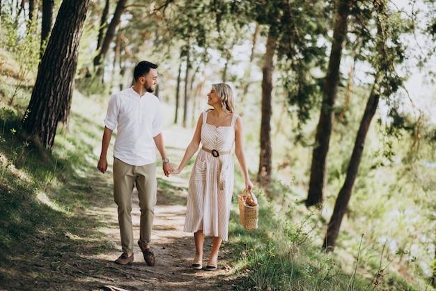 Jovem casal a passear no bosque