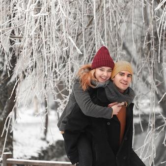 Jovem casal abraçados na paisagem de inverno