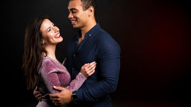 Jovem casal abraçados para véspera de ano novo