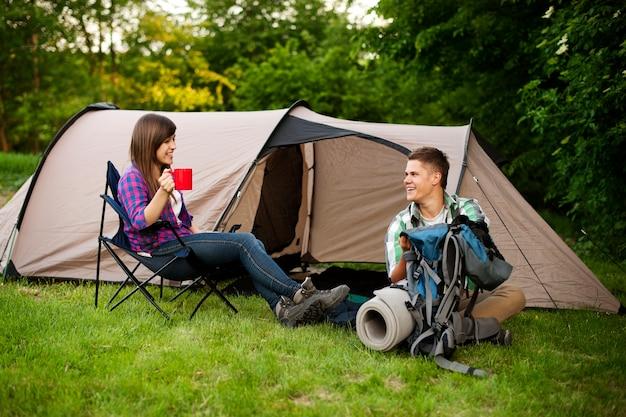 Jovem casal acampando