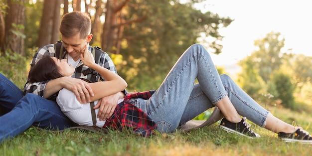 Jovem casal adorável curtindo o tempo na natureza