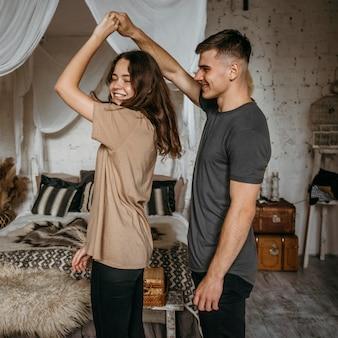 Jovem casal adorável dançando juntos