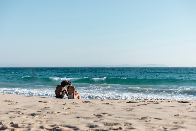 Jovem casal adorável na praia do paraíso tropical