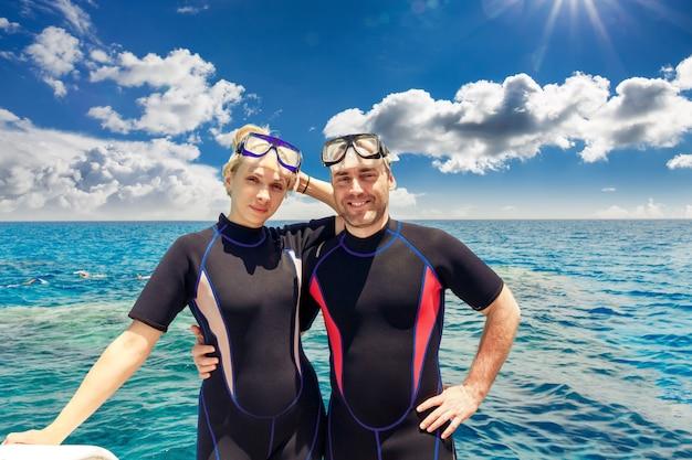 Jovem casal adulto no resort de praia