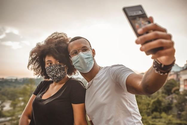 Jovem casal africano apaixonado tirando uma selfie