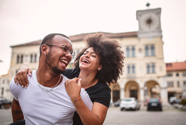 Jovem casal africano apaixonado