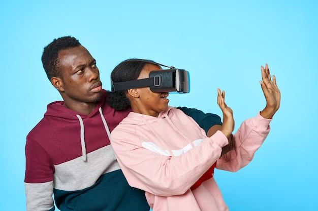 Jovem casal africano com óculos de entretenimento de realidade virtual