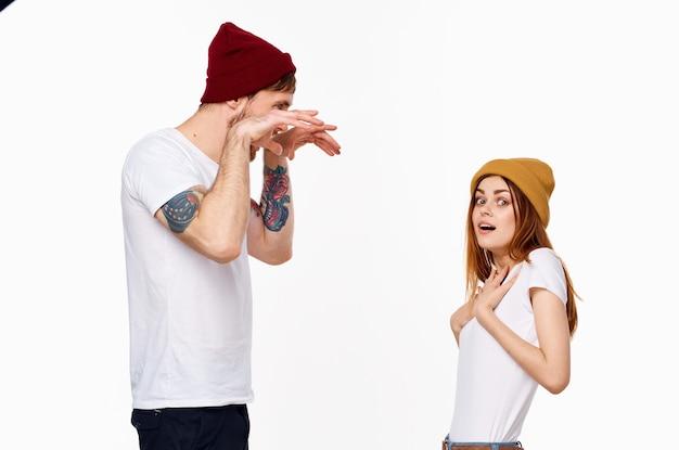 Jovem casal alegre camiseta branca com roupas da moda em estilo moderno