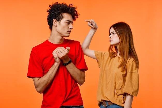 Jovem casal alegre estilo de vida estúdio laranja