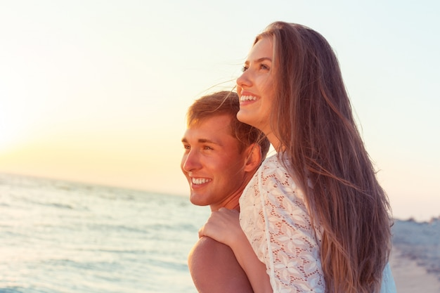 Jovem casal amorosa férias
