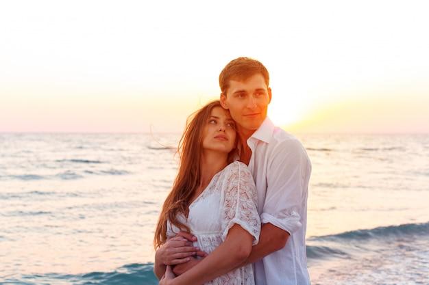 Jovem casal amoroso férias