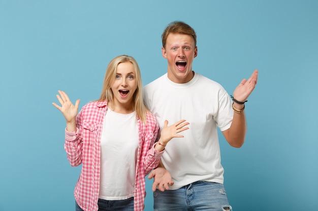 Jovem casal animado dois amigos cara garota em uma camiseta branca de design em branco posando