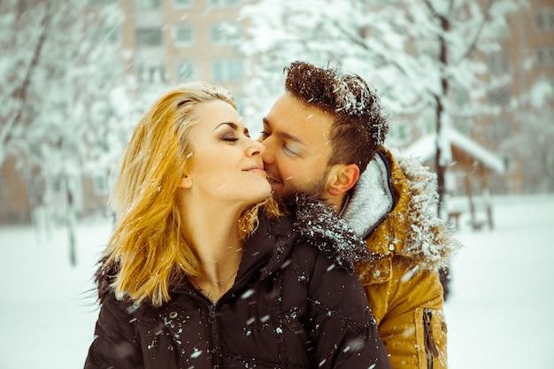 Jovem casal ao ar livre no inverno