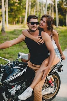 Jovem casal apaixonado, andando de moto