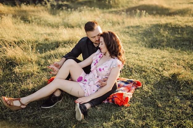 Jovem casal apaixonado andando no parque
