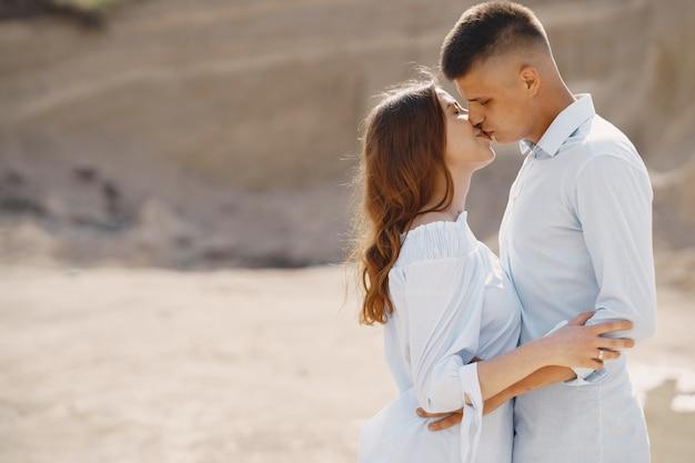 Jovem casal apaixonado beijando