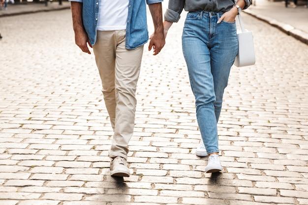Jovem casal apaixonado caminhando ao ar livre na rua da cidade