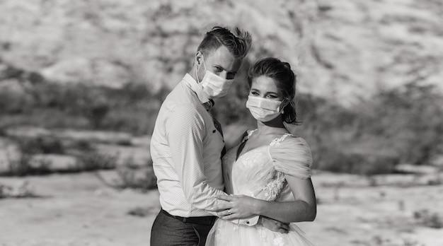 Jovem casal apaixonado caminhando com máscaras médicas