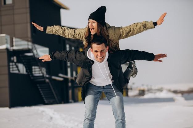 Jovem casal apaixonado caminhando no inverno