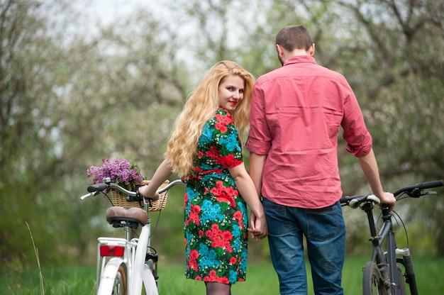 Jovem casal apaixonado com bicicletas
