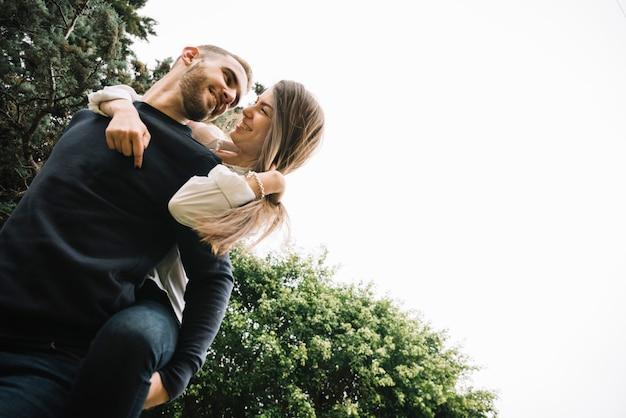Jovem casal apaixonado de baixo