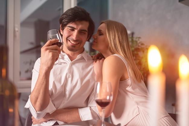 Jovem casal apaixonado durante um jantar romântico